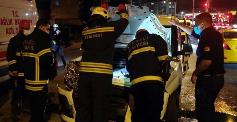 Kocaeli'de hafif ticari araçla çarpışan minibüsün devrilmesi sonucu 6 kişi yaralandı