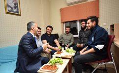 Üniversiteliler su indirimi için Aktaş'ı evlerinde ağırlayıp teşekkür etti