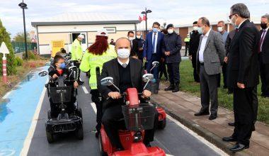 Vali Canalp, öğrencilerle akülü araç sürdü